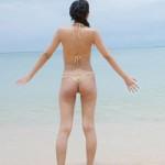 南の島のビーチでテンション上がって水着を取っちゃう辻本杏ちゃんの画像12枚